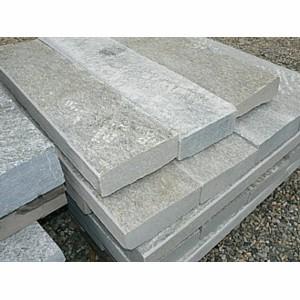 Ingresso cortile lastricato in pietra for Cordoli per aiuole in tufo