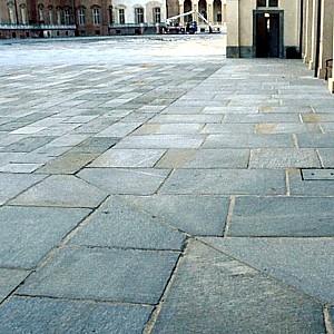 Pavimenti per interni e esterni in pietra di luserna - Pavimentazione cortile esterno ...
